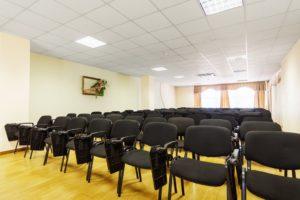 Конференц-зал, зал совещания, стулья в помещении