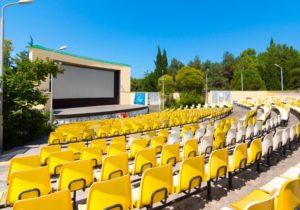 Амфитеатр, открытая сцена, жёлтые сидения