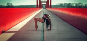 Пластика тела, гибкая девушка, красный мост