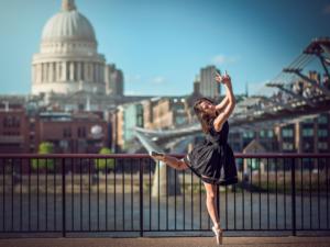 Девушка танцует напротив Капитолия Вашингтон