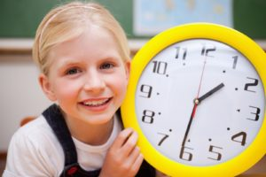 Школьный режим, школьник с часами, девочка и часы