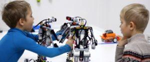 мальчики дети конструируют роботов